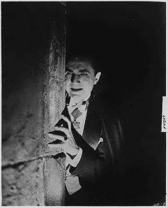 dracula-1931-peeking-around-corner